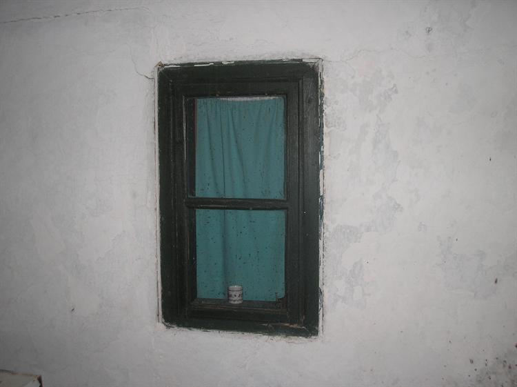 Дувар а на дувару прозор између двије собе тако да када се стави свијећа на прозор обасјава обе собе